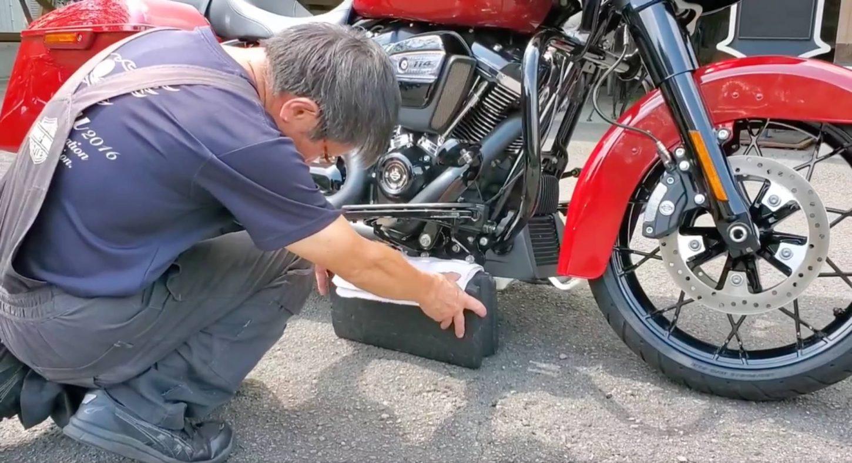 車体右側をブロックで固定することでバイクが左右に振られるのを防ぐ